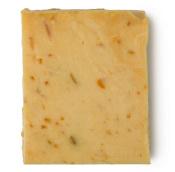 Pezzo di sapone fatto a mano di colore giallo con scorza di agrumi