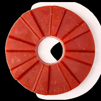 Pezzo di sapone fatto a mano di colore rosso e di forma circolare