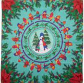 Grüne und Rote Zwerge stehen im Kreis auf grünem Hintergrund. In der Mitte ein Schneemann vor zwei Tannenbäumen