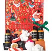 Un calendario de adviento en forma de libro de color rojo con productos cosméticos aldrededor