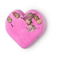 Pinke Badebombe in Herz-Form mit Rosenblüten