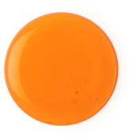 um respingo de gel de banho laranja no fundo branco