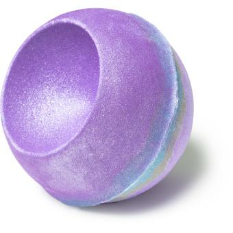 Goddess é uma bomba de banho de jasmim e águas liláses e prateadas