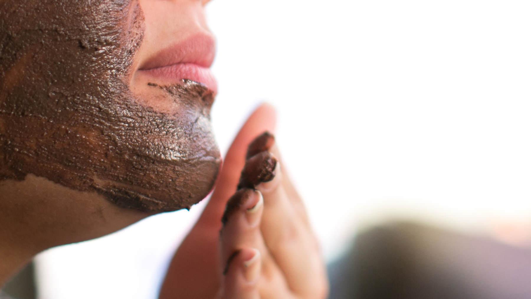Una ragazza applica sul viso la maschera fresca purificante al cacao Terra Madre