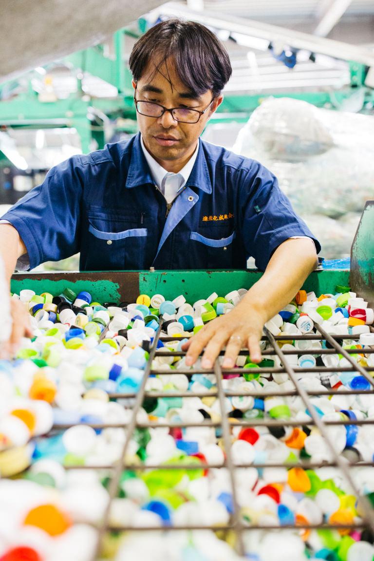 進栄化成 プラスチック リサイクル 再生材 ペットボトルキャップ