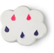 Uma bomba de banho em forma de nuvem de cor branca com pintas azuis e cor-de-rosa