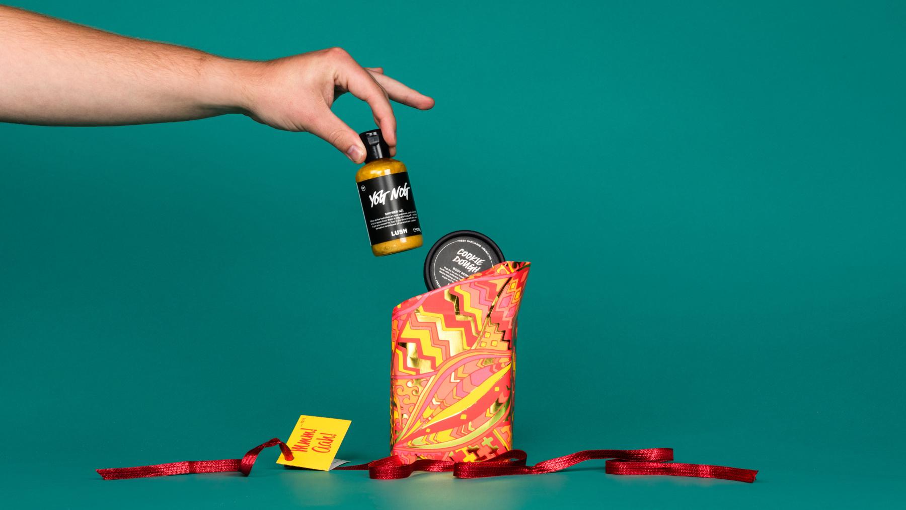 Una persona tiene tra le mani uno dei prodotti contenuti in Mmm Aah! - Confezione Regalo | Edizione Limitata Natale 2019