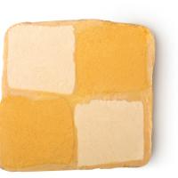 Ein beige und weißes Schaumbad in Form eines Kuchens