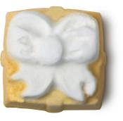 Badebombe in der Form eines goldenen Geschenkpäckchens
