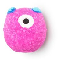 Runde, pinke Badebombe mit einem Auge aus Kakaobutter und blauen Ohren