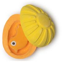 chick fun é uma bomba de banho em forma de ovo amarelo e laranja com uma galinha de Fun lá dentro