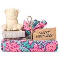 Un envoltorio con un jabón de color lavanda y otro jabón en forma de oso polar alrededor