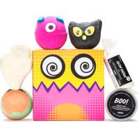 el regalo de Halloween Little Box Of Horrors una caja cuadrada en un fondo blanco