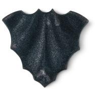 una bomba de baño de color negro con forma de murciélago