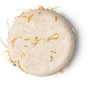 Soak And Float ist ein hellbraunes, festes Shampoo ohne Verpackung