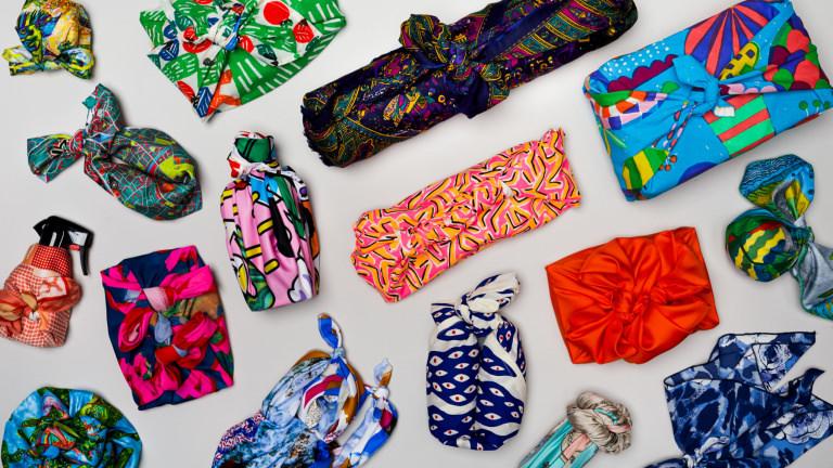 Knot Wraps: Wiederverwendbare bunte Tücher zu verschiedenen Geschenken geknotet