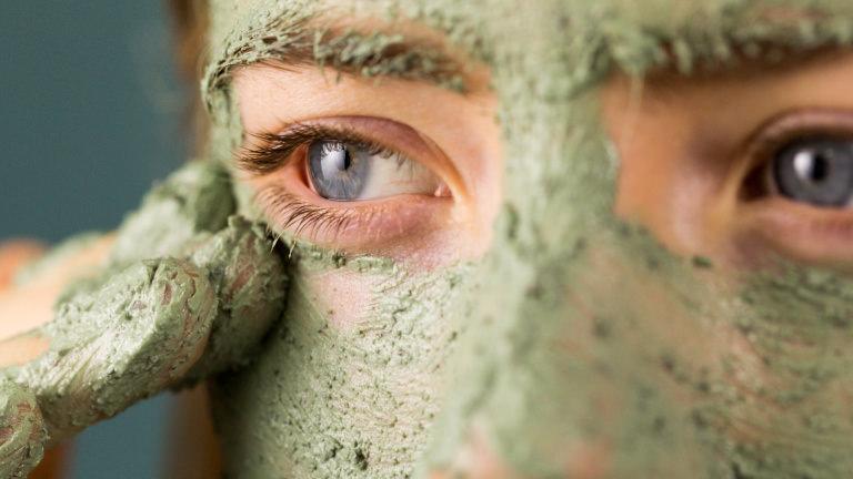 Mask of magnaminty självkonserverad applicerad på ansikte