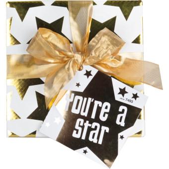 Eine weiße Hutbox dekoriert mit goldenen Sternen
