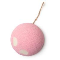 Eine pinke Kugel aus festem Zuckerpeeling mit Schnur