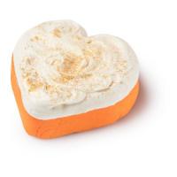 Oranžová a bílá krémová koupelová pěna ve tvaru srdíčka se zlatými třpytkami na povrchu