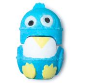 Eine blaue und gelbe zweiteilige Badebombe in Form eines Pinguins