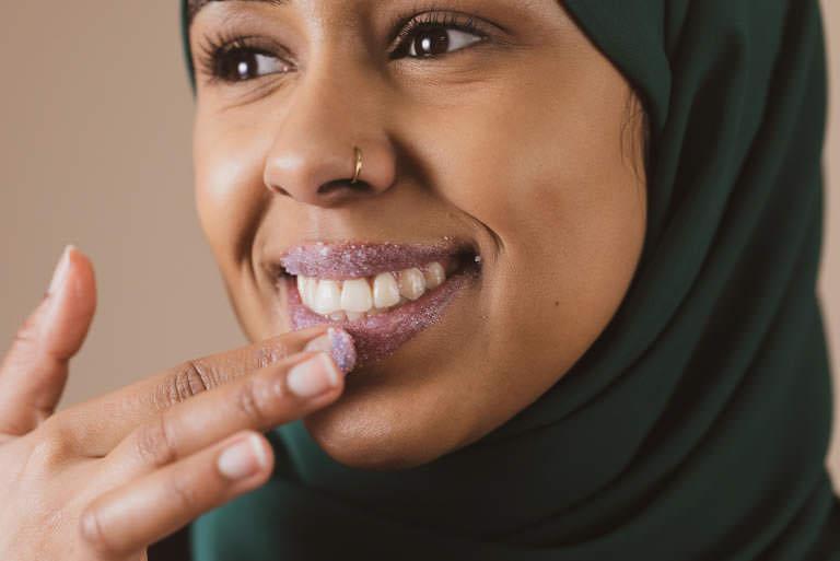 Kvinna som skrubbar läpparna
