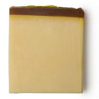 Pezzo di sapone fatto a mano di beige con copertura marrone