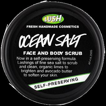 Vista dall'alto della confezione dello Scrub viso e corpo tonificante e illuminante al sale marino e lime Ocean Salt in versione Self-Preserving (Autoconservante)