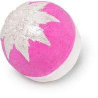 snow fairy glitterball é uma das bombas de banho exclusivas de natal  cor de rosa e prateada com aroma a pastilha elástica
