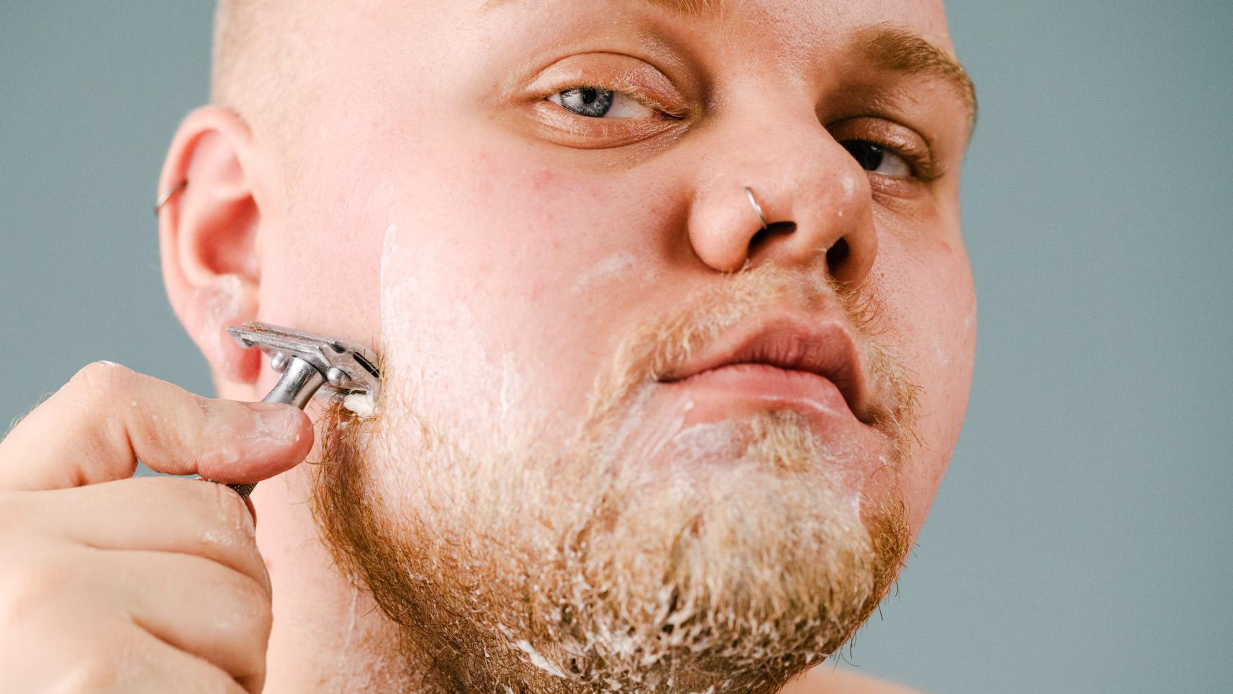man som rakar sig