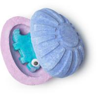 Violette und Blaue Badebombe in Eiform mit kleiner Überraschung im Inneren