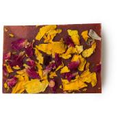 Pezzo di sapone fatto a mano di colore rosa ricoperto di petali di rosa