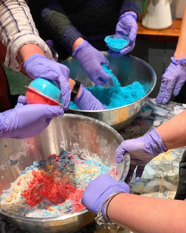 Tillverkning av badbomb på Lush Party