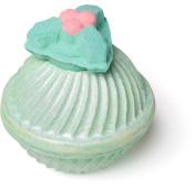 holly golightly amazeball é uma das bombas de banho exclusivas de natal em forma de sino verde com um laço