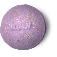 Eine pink-violette Badebomben mit einer kleinen Menge goldener Sternchen und einem eingestanzten Lush Logo