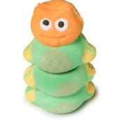 Eine zweiteilige Badebombe, bestehend aus dem Kopf und dem Körper einer stilisierten grünen Raupe mit freundlichem Gesichtsausdruck