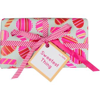Geschenkbox dekoriert mit pinken Zuckerln