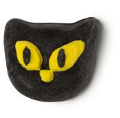 Ein Schaumbad in der Form eines Schwarten Katzenkopfes mit gelben Augen