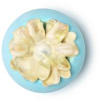 Blaue Badebombe mit weißer, in Kakaobutter getunkter Blume