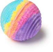 groovy kind of love é uma bomba de banho arco-íris com bergamota e ylang ylang para uma pele tonificada