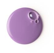 Eine pastell-violette Duschcreme in einer Plastikflasche mit schwarzem Verschluss