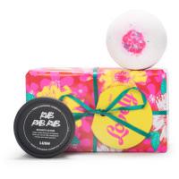 Lovely é uma presente cor de rosa com uma bomba de banho e um gel de duche esfoliante