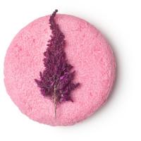 Angel hair é um dos exclusivos champôs sólidos rosa clarinho com uma flor roxa no centro calmante com água de rosas e ylang ylang