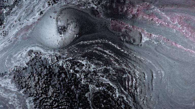Die schwarze Jelly Badebombe Secret Arts löst sich in der Badewanne auf