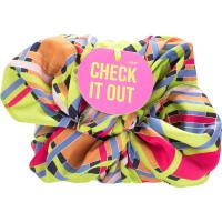 Confezione regalo di Natale Check It Out avvolto in un knot wrap colorato