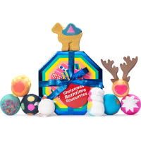 Una caja de regalo reutilizable y octogonal con un diseño multicolor con varias bombas de baño de distintos colores y formas en un fondo blanco