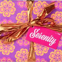 Das violette Serenity Geschenk dekoriert mit gelben Blüten