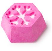Cheery christmas é uma das bombas para o banho de Natal cor de rosa com aroma cítrico e um desenho de floco de neve