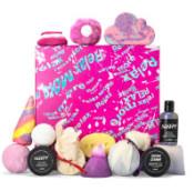 regalo relajante Relax More de color rosa con productos cosméticos que llevan lavanda a su alrededor