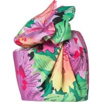 Mum Knot Wrap, kunstvoll geknotetes Tuch mit großen pastellfarbigen Blumen in grün und violett Tönen in Aquarell Maltechnik.